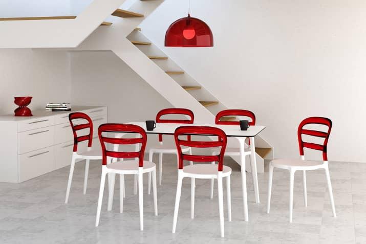 Nowoczesne białe krzesło Miss Bibi z czerwonym oparciem.