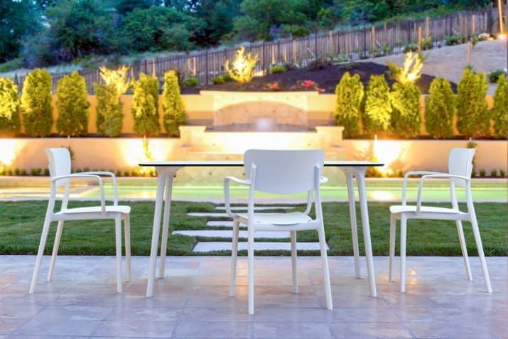 Biały stół ogrodowy Maya z prostokątnym blatem na taras.