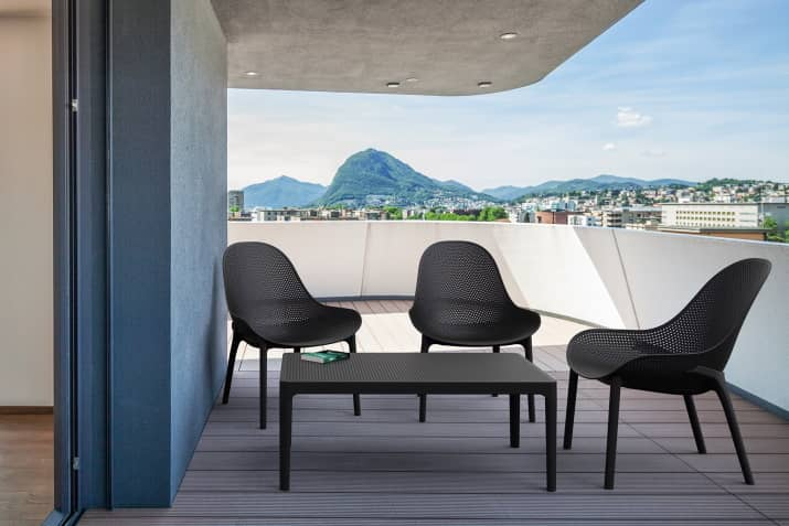 Nowoczesne fotele ogrodowe Sky z ażurowym siedziskiem.