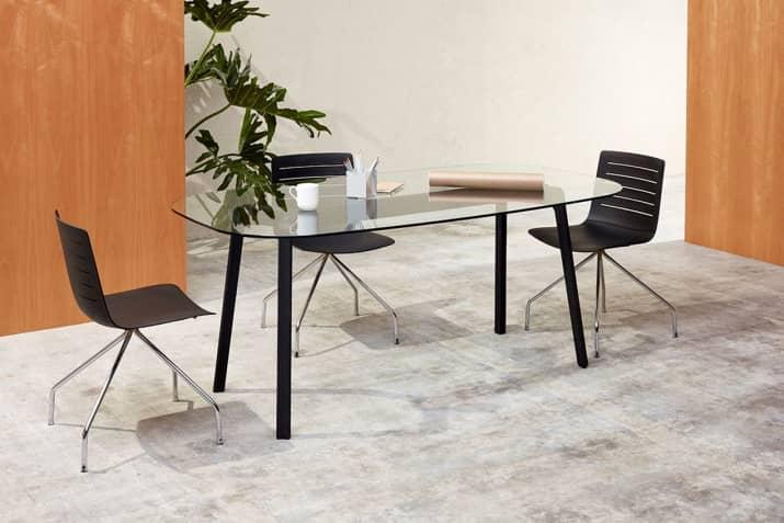 Czarne krzesła konferencyjne na chromowanej podstawie