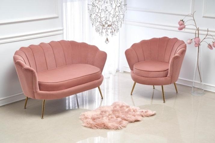 Różowy fotel muszla na złotych nogach w stylu glamour Amorino-Halmar