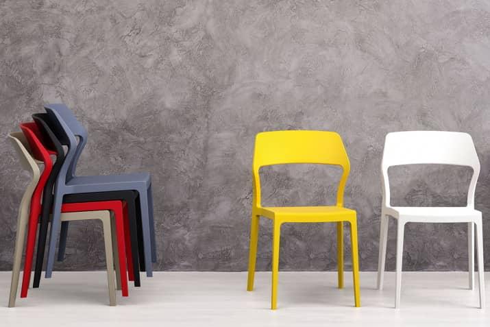 Plastikowe krzesła sztaplowane.