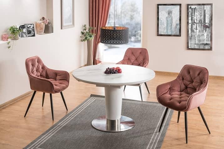 Nowoczesne różowe krzesło tapicerowane Cherry z pikowanym siedziskiem.
