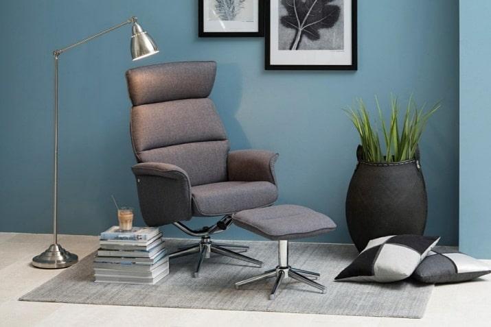 Szary nowoczesny fotel z podnóżkiem Alura Actona