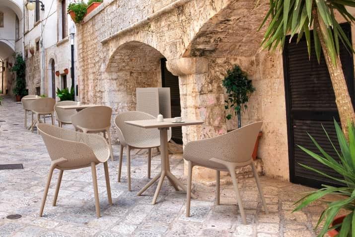 Beżowe krzesła ogrodowe z podłokietnikami i ażurowym siedziskiem Sky