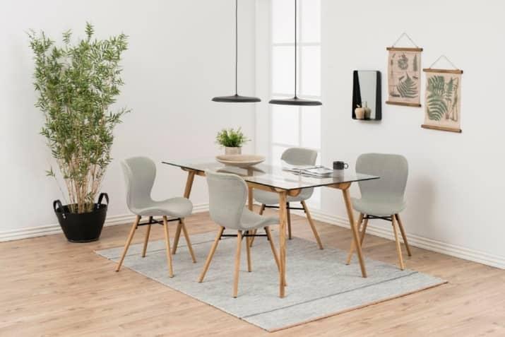 Tapicerowane szare krzesło Batilda z drewnianą podstawą w stylu skandynawskim.